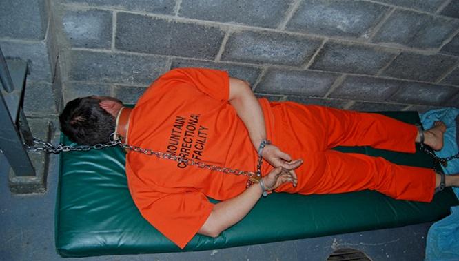 В 2011 г. Вашингтон официально принял Закон о национальной обороне, оправдывающий бессрочное заключение под стражей и даже применение пыток.