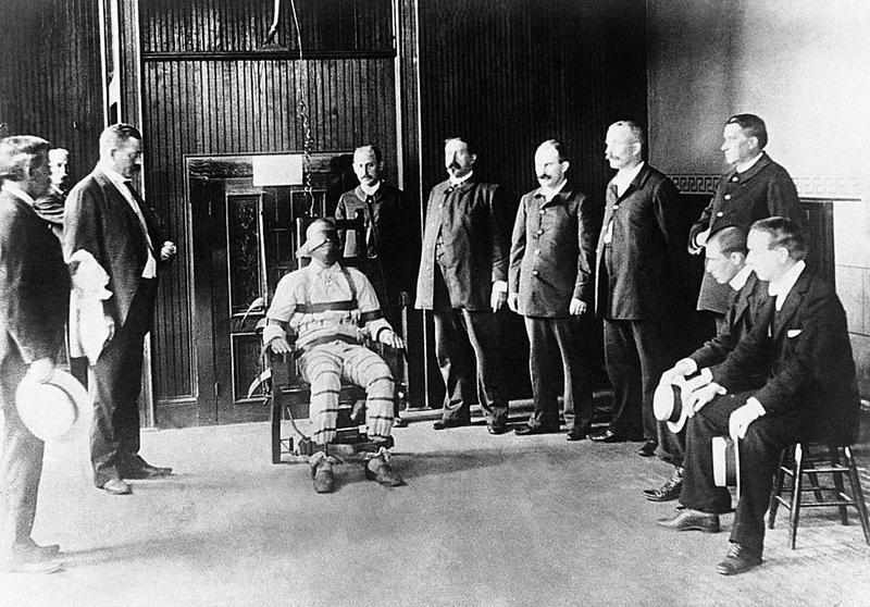 Исполнение приговора при помощи электрического стула в американской тюрьме имеет долгую историю.