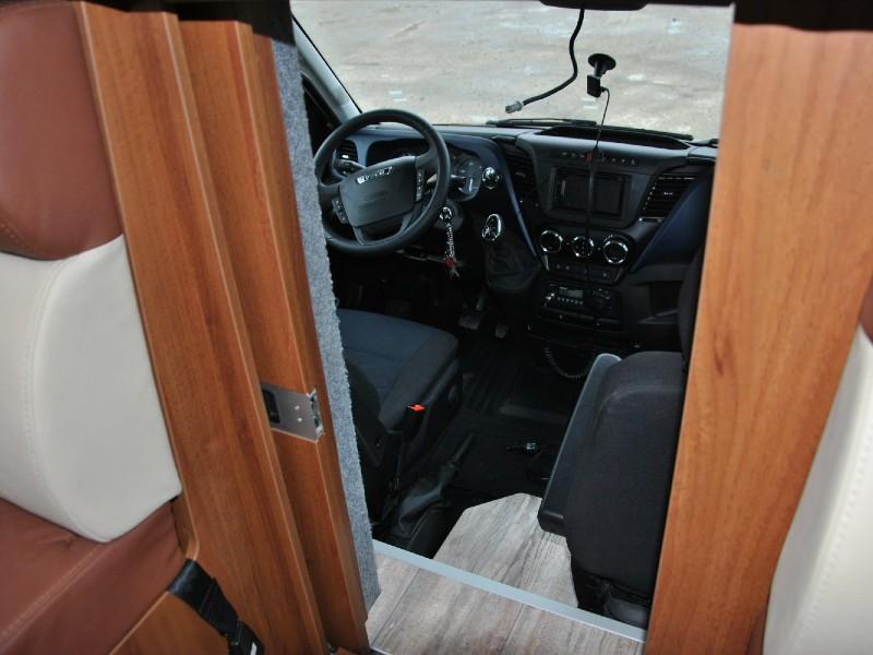 Проход из жилого отсека фургона в кабину
