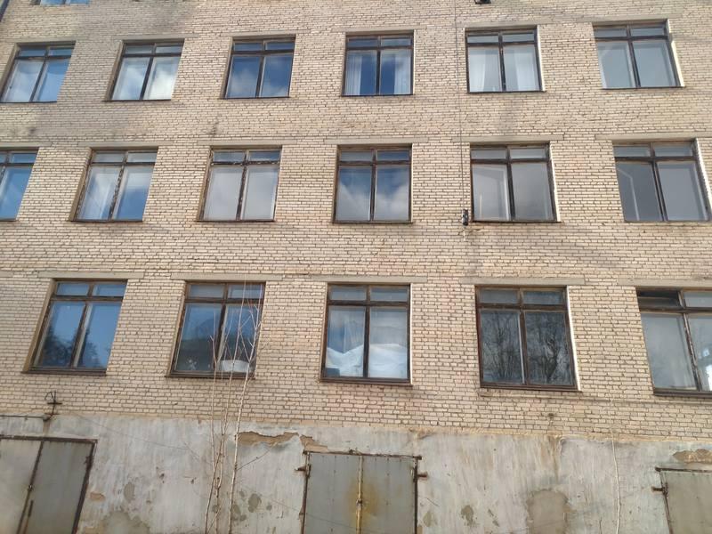 Заброшенное здание на территории действующего оборонного завода