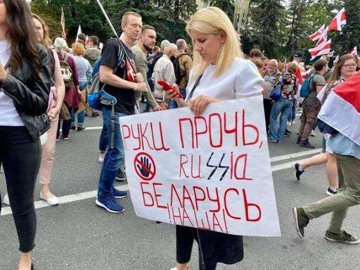 На белорусских протестах всё чаще появляются антироссийские лозунги
