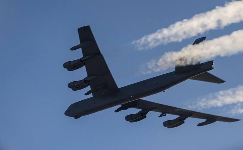 Американские стратегические бомбардировщики В-52Н в небе Украины