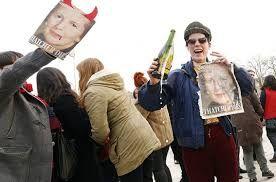 А так прощалось с Тэтчер множество простых англичан, пострадавших от её экономической политики