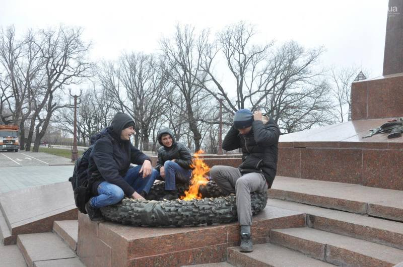 Греться у Вечного огня на Украине – общепринятая практика
