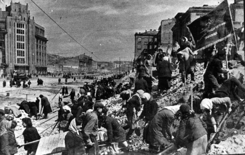 Киевляне разбирают руины на Крещатике