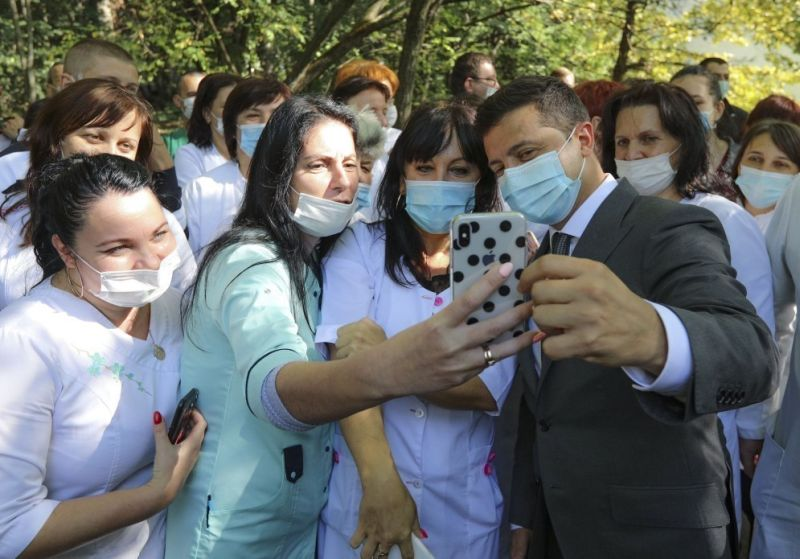 Владимир Зеленский с медиками на Закарпатье