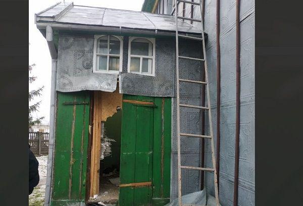 Сломанная при попытке захвата дверь храма в Михальче