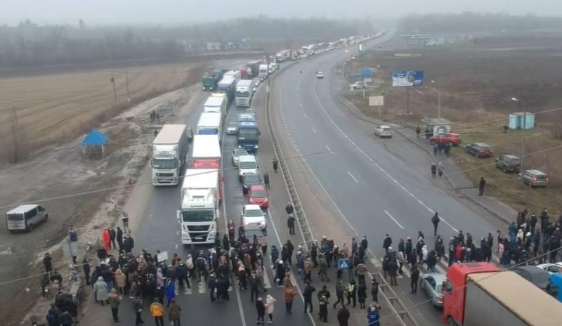 Жители городка Лубны перекрывают автотрассу