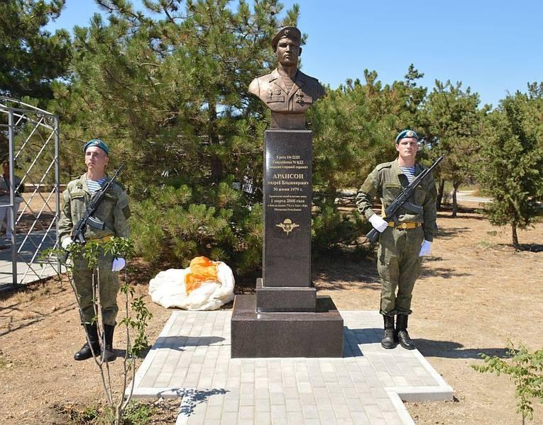 Памятник бойцу 6-й роты, погибшему в бою в Аргунском ущелье – гвардии старшему сержанту Андрею Арансону в Севастополе (открыт в 2020 году)
