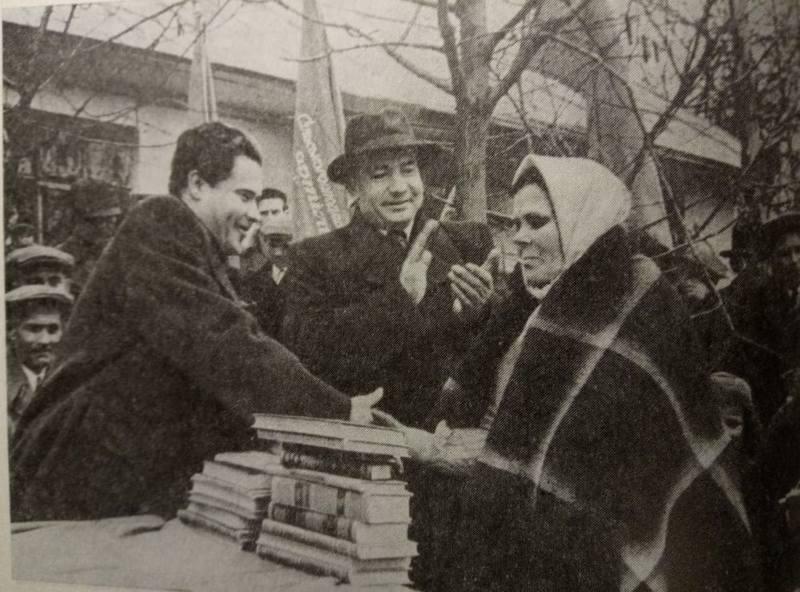 Поэт П. Воронько передает книги для библиотеки колхоза Новомилятинского района Львовщины, 1950