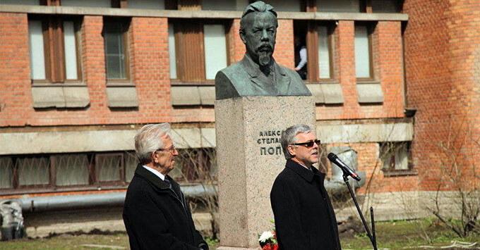 В честь Дня радио петербуржцы возложат цветы к памятнику Попову - Новости радио OnAir.ru