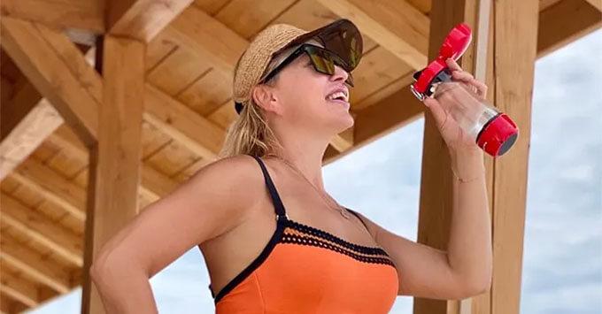 Алла Довлатова показала пляжную фотосессию - Новости радио OnAir.ru