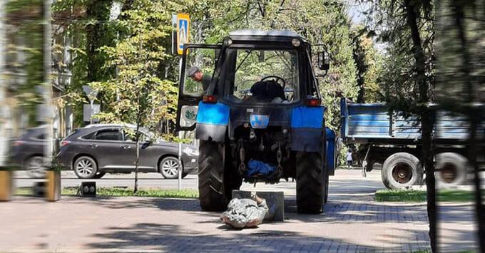 Рабочие в Казахстане случайно снесли трактором памятник Виктору Цою - Новости радио OnAir.ru