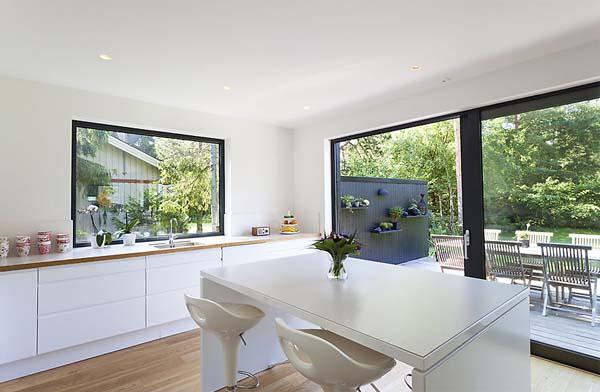 Дизайн кухни в коттедже; кухня и обеденный стол