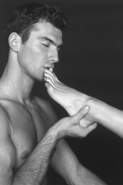 слава парень целует женские ножки фото яркие