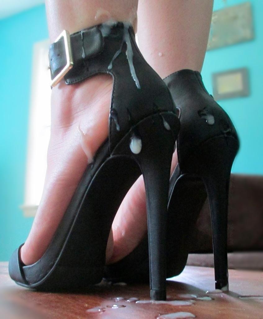 Слизывает сперму с туфли