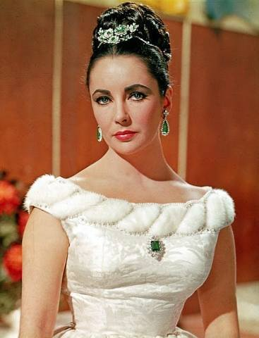 A-young-Elizabeth-Taylor-looking-beautiful-in-her-Bulgari-emerald-and-diamond-suite-minus-the-necklace.-Via-Diamonds-in-the-Library.
