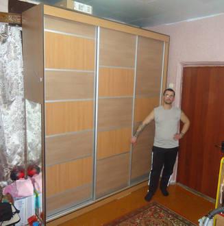 Классический шкаф купе в гостиной с комбинированными дверями Стоимость 38000 ₽