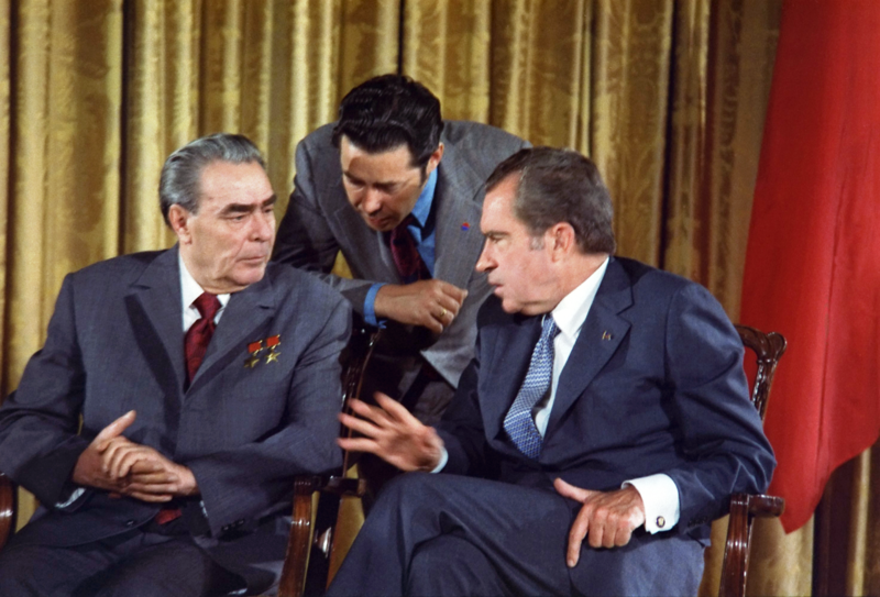 1280px-Leonid Brezhnev and Richard Nixon talks in 1973