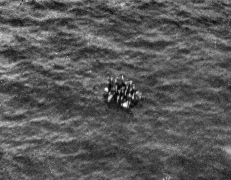 плот с моряками