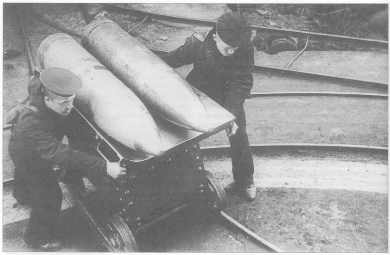 2,1 Форт Красная Горка. Подача 305-мм снарядов к орудию.bmp