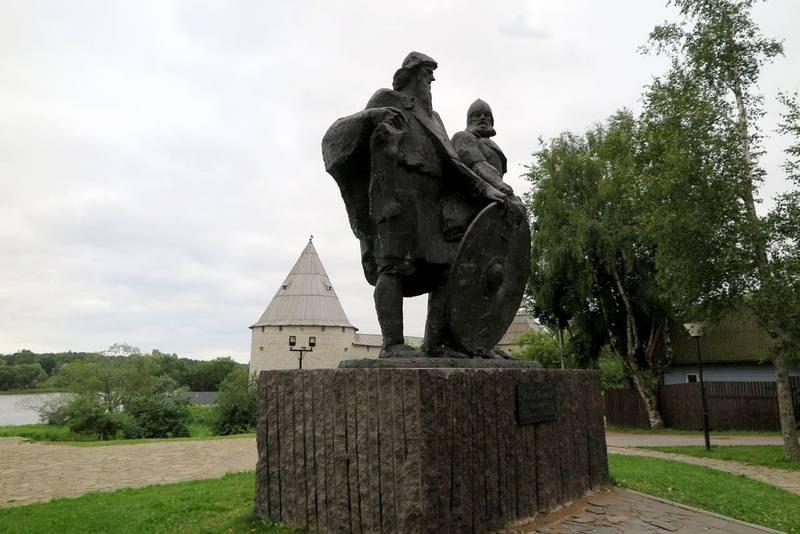 Памятник Олегу и Рюрику