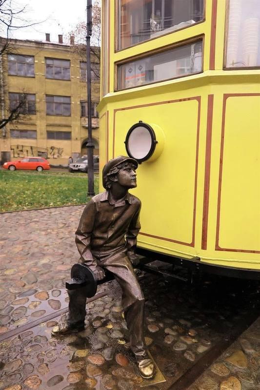 мальчик у трамвая
