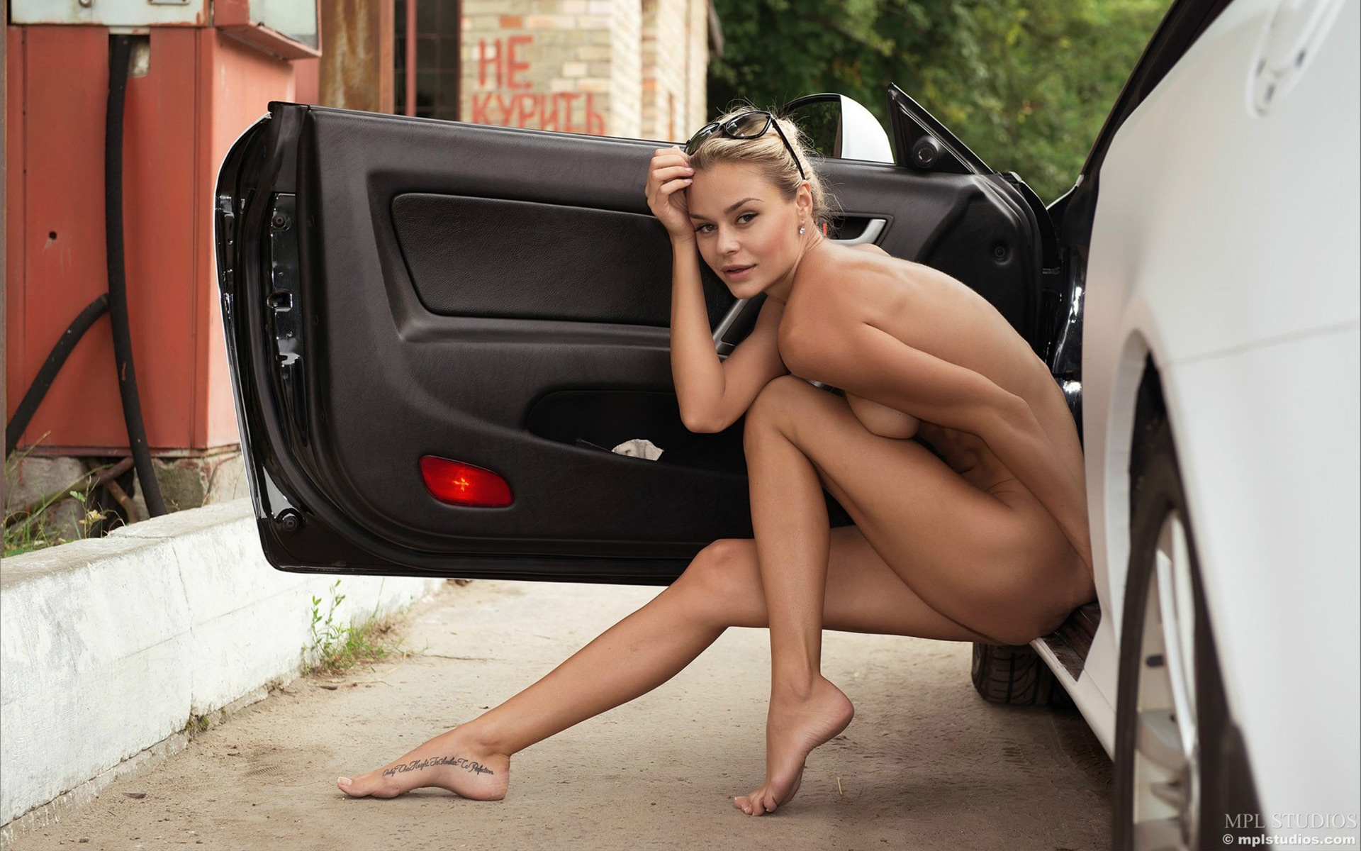 nude-blonde-and-car-1920x1200