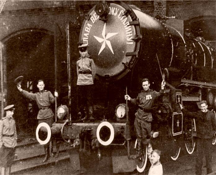 Машинист Лесников Е.А. (на паровозе первый слева) на первом прибывшем в берлин советском паровозе