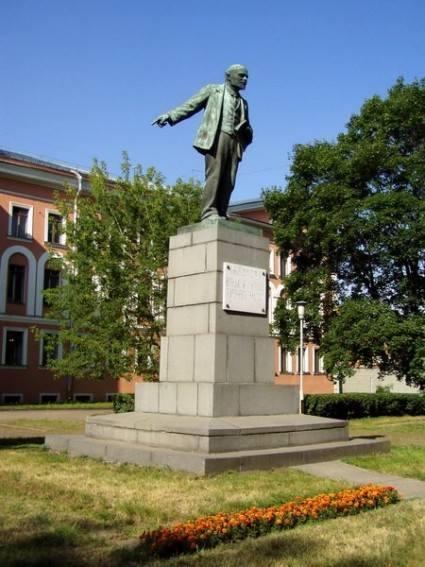 Первый памятник