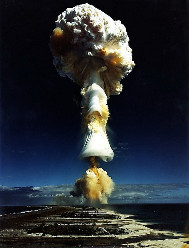 3 июля 1970. Атолл Муруроа, Франция. Термоядерный взрыв («водородная бомба») мощностью 914 килотонн.