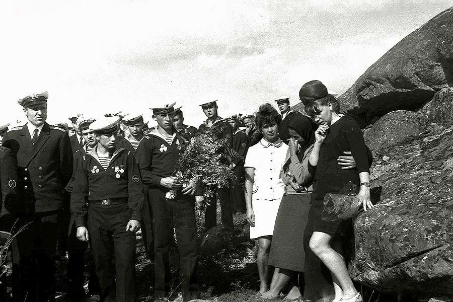 Июль 1970 года. Мурманская область, поселок Гремиха. Открытие мемориального знака в память гибели подводной лодки К-8.