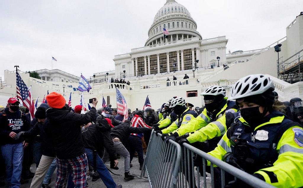 Сторонники Трампа ворвались в Капитолий, где утверждают итоги президентских