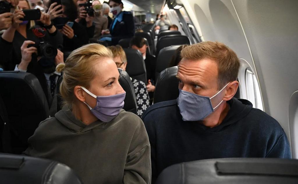 Навальный летит в Москву