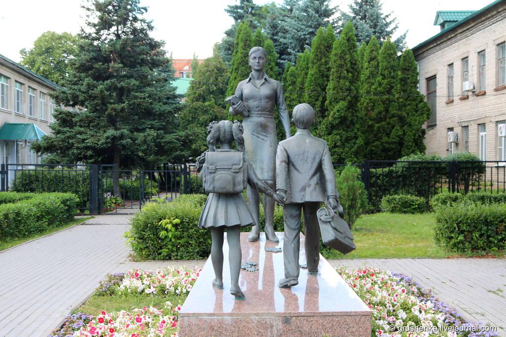 памятник учительнице картинки долгие годы
